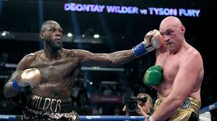 Deontay Wilder golpea con su puño izquierdo a Tyson Fury en un...