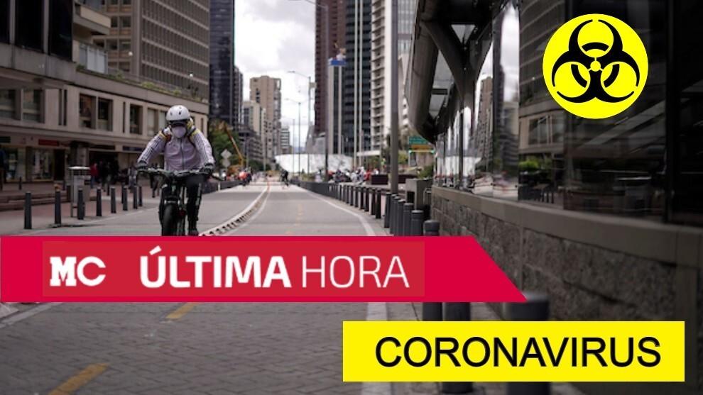 Un ciudadano en Bogotá monta en bicicleta durante el aislamiento...