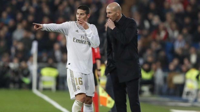 Zidane da instrucciones a James durante un partido