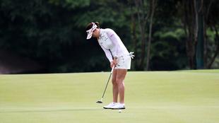 Una jugadora en un campo de golf.