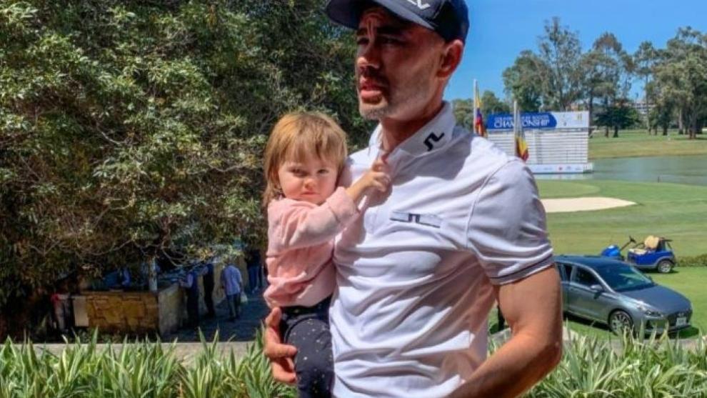 Camilo Villegas carga a su hija, quien padece un tumor cerebral