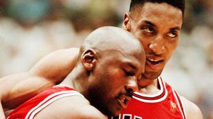 Pippen abraza a Jordan tras el famoso 'Flu Game'.