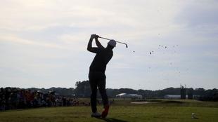Imagen de referencia de un golfista ejecutando un golpe.