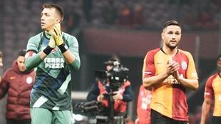 Fernando Muslera y Florin Andone en un partido con el Galatasaray.