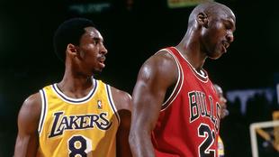 Kobe marca a Jordan durante un juego de la temporada 1997-98.
