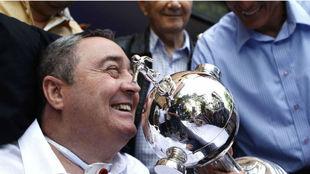 Luis Fernando Montoya con la Copa Libertadores que ganó con Once...