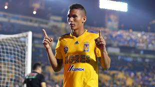 Meza celebra un gol por el Tigres.