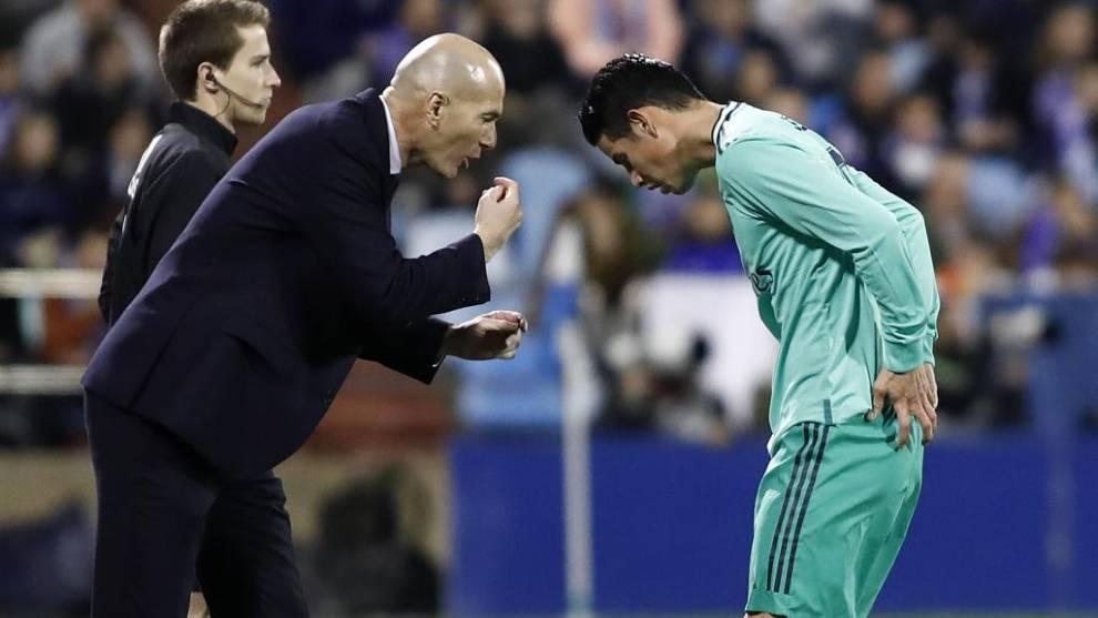 Zidane da instrucciones a James durante un partido ante el Zaragoza en...