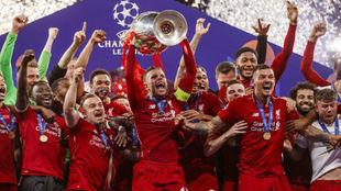 Los jugadores del Liverpool celebran la Champions League lograda de la...