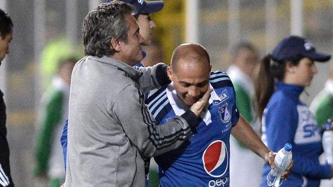 Lillo abraza a Mayer durante un juego con Millonarios.
