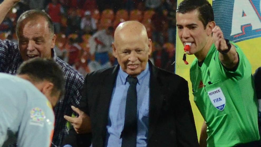 Gabriel Ochoa Uribe realiza el saque de honor en un partido entre...
