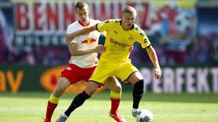Lukas Klostermann intenta detener a Haaland.