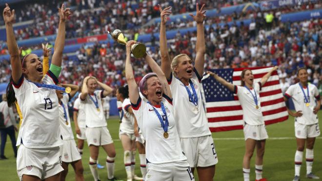 Las jugadores de Estados Unidos celebran su título de campeonas en...