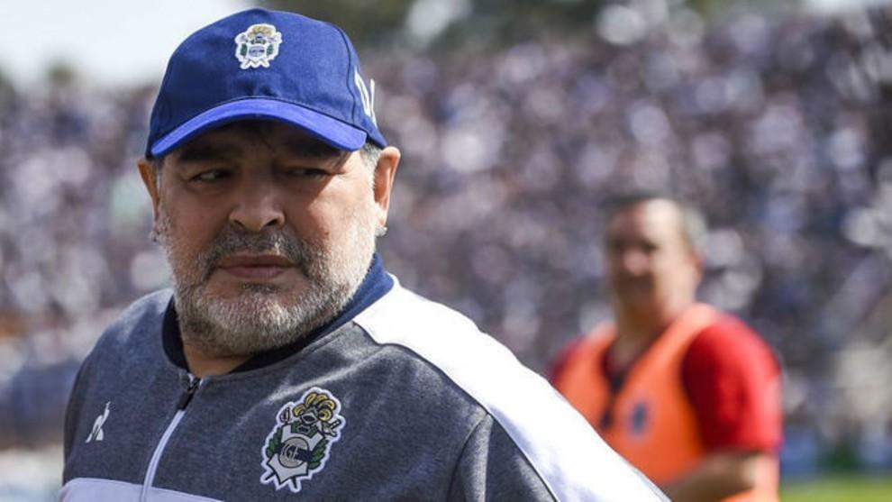 Diego Maradona durante un partido con Gimnasia.