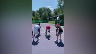 Monfils jugando con sus compañeros de entrenamiento
