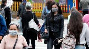 Cuarentena estricta: Personas caminan en las calles de Bogotá