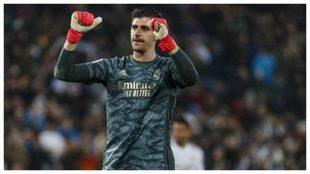 Courtois levanta los puños durante un partido con el Real Madrid