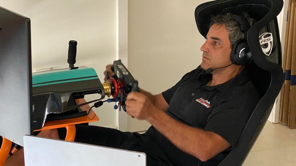 Juan Pablo Montoya conduce en un simulador.