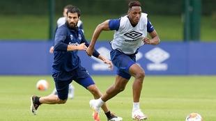 Yerry Mina corre con la pelota y es perseguido por André Gomes en el...
