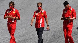 Vettel reconoce la pista del circuito de Austria junto a sus...