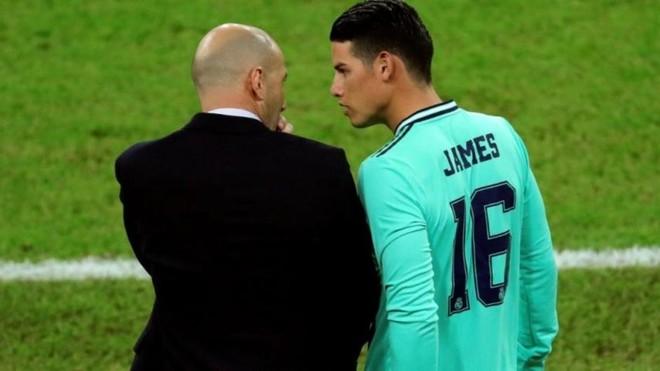 James conversa con Zidane durante el encuentro contra la Real...