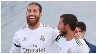 Sergio Ramos, felicitado por Hazard tras recibir un gol