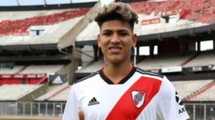 Jorge Carrascal, viste la camiseta de River Plate en el Estadio...
