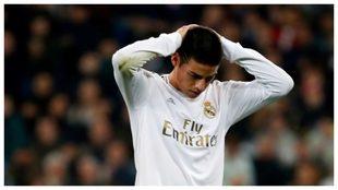 James se lleva las manos a la cabeza durante un partido