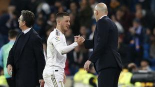 Hazard saluda a Zidane tras ser sustituido en un partido