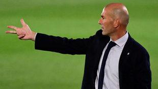 Zidane da instrucciones durante un partido con el Real Madrid