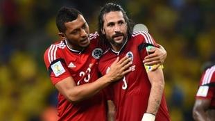 Carlos Valdés abraza a Mario Alberto Yepes con la Selección...
