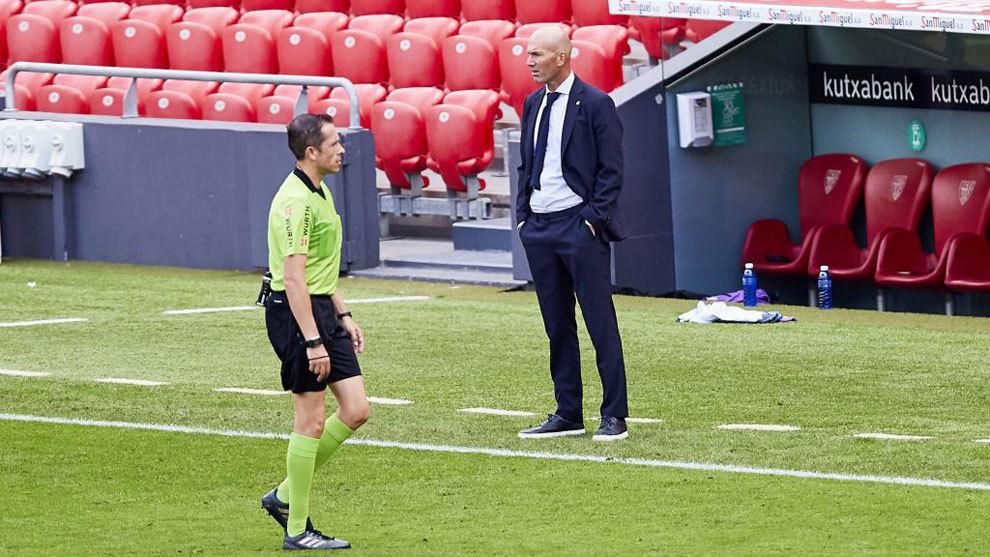 Zidane, delante de González González en Bilbao