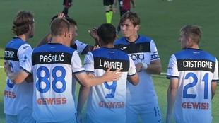 Jugadores del Atalanta celebran el gol de Luis Fernando Muriel