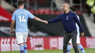 Guardiola saluda a Laporte tras el partido.