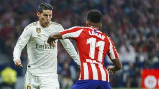 James pelea por un balón con Lemar en un duelo con el Atlético