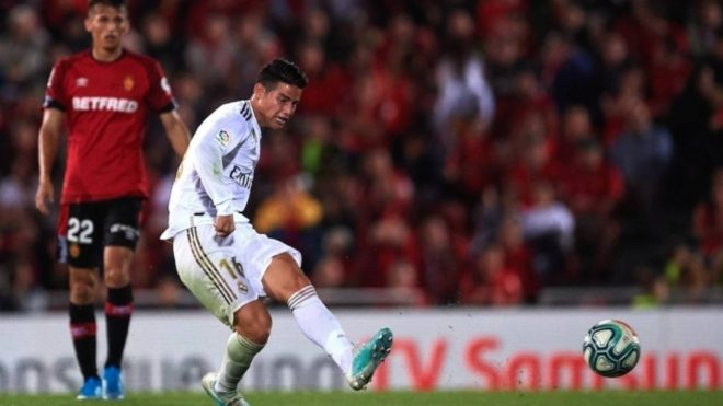 James ejecuta un disparo durante un partido con el Real Madrid