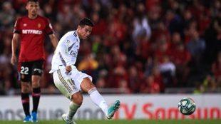 James ejecuta un disparo durante un partido con el Real Madrid