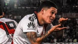 Juan Fernando Quintero celebra un gol con River Plate.