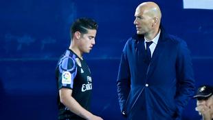 James pasa al lado de Zidane tras un partido de Liga.
