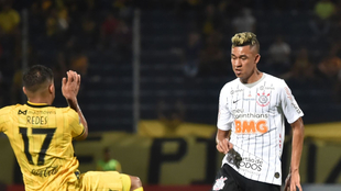 Víctor Cantillo disputa un balón tras un juego de Copa Libertadores...