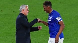 José Mourinho saluda a Yerry Mina en el Tottenham vs Everton.