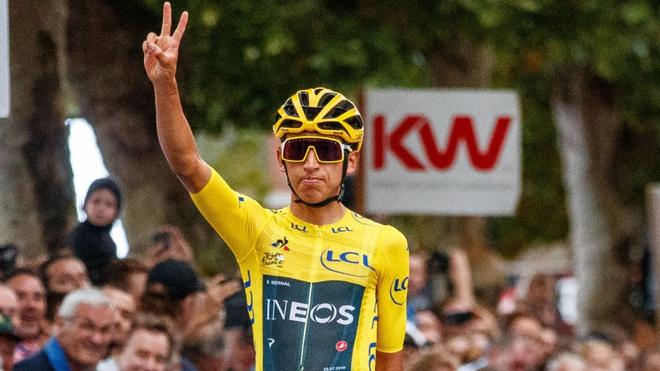 Egan Bernal y un gesto de victoria.