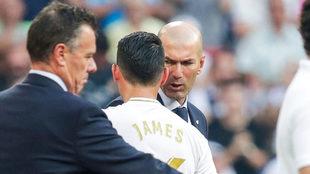 Zidane le habla a James en un partido de LaLiga.