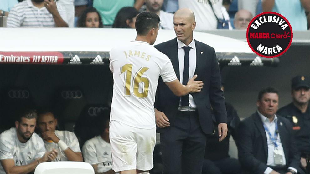 James y Zidane hablan durante el partido ante el Valladolid en el...