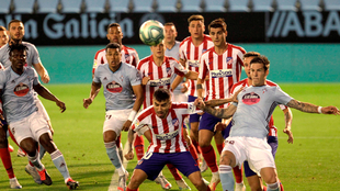 Una acción del partido entre el Celta y Atlético.