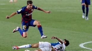 Sergi Roberto salta sobre Dídac en la victoria del Barcelona sobre el...