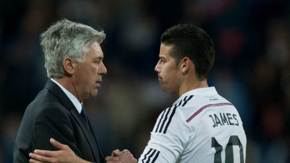 Carlo Ancelotti y James Rodríguez se saludan en su etapa en el Real...