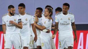 Los jugadores del Real Madrid celebran un gol contra el Alavés.