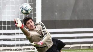 Courtois detiene un balón durante un entrenamiento