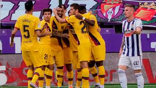 Arturo Vidal es felicitado por sus compañeros.